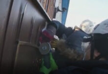 Photo of Алақанын тесіп шыққан: Көкшетауда қақпадан асып үйіне кірмек болған баланы құтқарушылар құтқарып алды