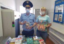 Photo of Ақмолада сотталушының анасы колония кітапханасына 50-ден астам кітап сыйлады