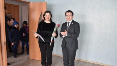 Photo of Ключи от арендного жилья вручил аким Шортандинского района