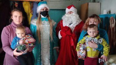 Photo of Дед Мороз и Снегурка развозят новогодние кульки нуждающимся семьям в Бурабайском районе