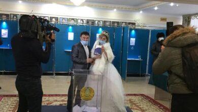 """Photo of """"Вдвойне важный день"""" – жених и невеста проголосовали в Кокшетау"""