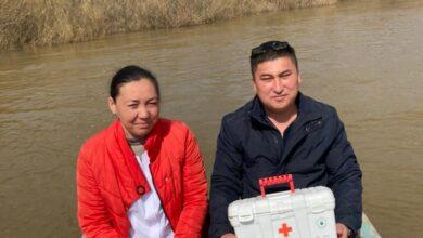 Photo of Двое в лодке, не считая вакцины: жаркаинские врачи поплыли в село