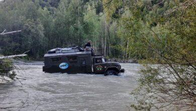Photo of Пятнадцать туристов застряли на машине в полноводной горной реке в Алматинской области