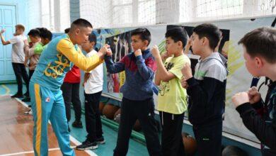 Photo of Чемпион мира по боксу учит самообороне акмолинских школьников
