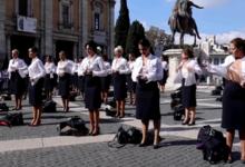 Photo of В Италии полсотни стюардесс разделись на площади в знак протеста